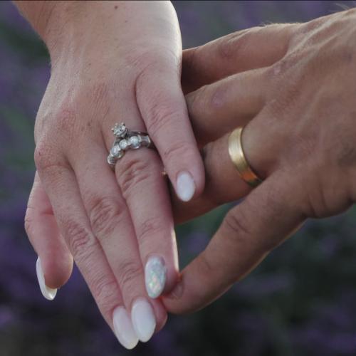 Nous pouvons voir ici une photographie extraite de la vidéo de mariage d'un couple en provence.